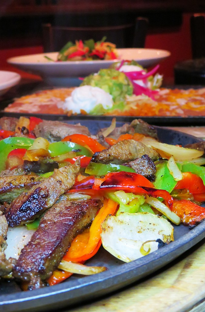Fajitas are basically an acceptable dinner sampler. & I'm here for it. Keep reading to check out our date night at Nacho Daddy in Summerlin / Las Vegas including Apple Pie Nachos on Home in High Heels